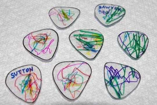 membuat-pick-gitar-dari-kemasan-plastik-bekas-kue