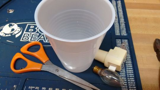 menghias-fitting-bohlam-dari-kemasan-cup