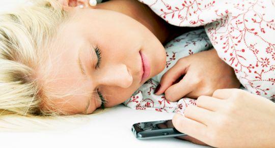 inilah-bahaya-jika-tidur-di-dekat-ponsel