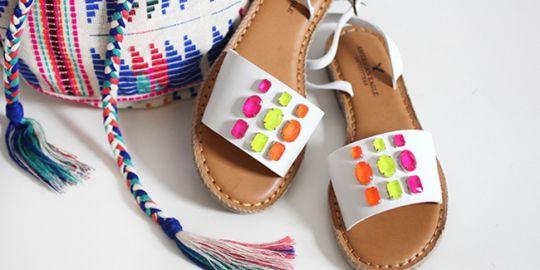 mengubah-sandal-polos-jadi-penuh-warna