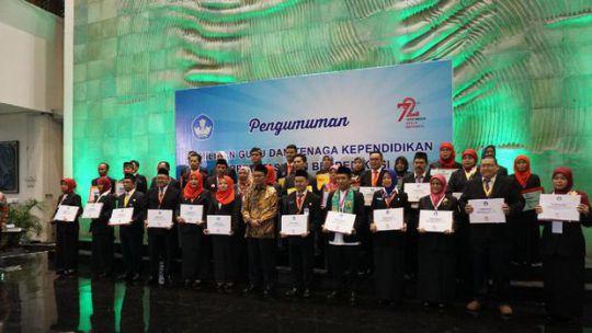 mendikbud-beri-penghargaan-kepada-108-guru-dan-tenaga-kependidikan-berprestasi