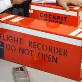 kotak-hitam-yang-menyimpan-rekaman-percakapan-penerbang-di-pesawat-terbang-sesungguhnya-berwarna-oranye