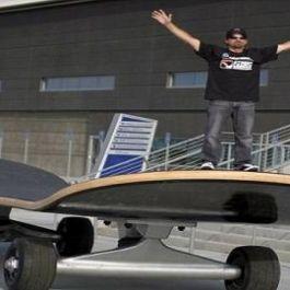 skateboard-terbesar-di-dunia-mempunyai-ukuran-panjang-11-14-m-lebar-2-63-m-dan-tinggi-1-10-m