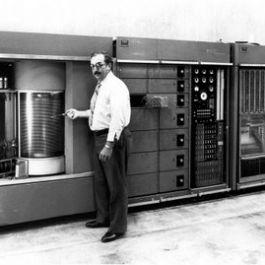 hardisk-yang-pertama-kali-ditemukan-ibm-pada-tahun-1956-berukuran-sebesar-2-kulkas