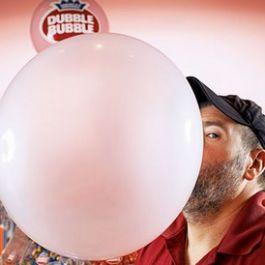 chad-fell-usa-mendapatkan-record-meniup-gelembung-permen-karet-terbesar-didunia-dengan-diameter-50-8-cm-20-in