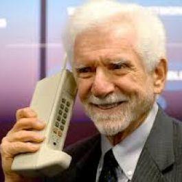 ponsel-pertama-dijual-pada-tahun-1983-dan-beratnya-mencapai-sekitar-1-kilogram