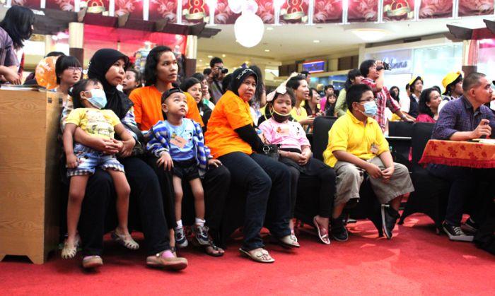 Anak-anak kanker dari YAI dengan pembimbing/orang tuanya