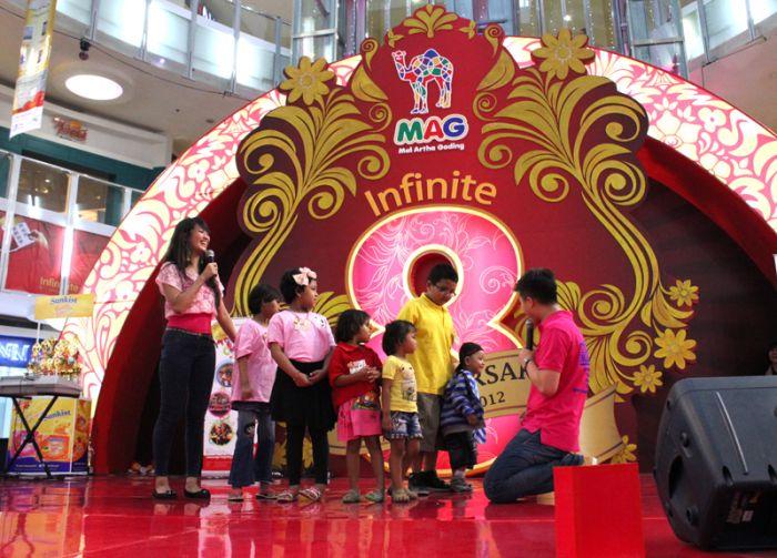Anak-anak kanker dari YAI di atas panggung GenPres Final 2012