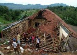 Gedung Sekolah Ambruk, Siswa Belajar di Madrasah