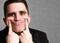 Tak Ingin Psikologi Terganggu & Produktivitas Turun? Hindari Senyum Palsu