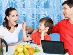 3 Kalimat Terlarang Saat Makan Bersama Anak