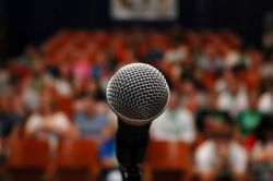 Ingin Menjadi MC yang Sukses? Yuk Ikuti Tips Ini!
