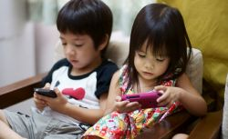 Waspadai Dampak Negatif Akibat Sering Menggunakan Gadget pada Anak
