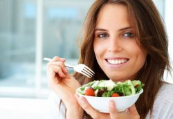 Waspadai Bahaya Makan Sambil Berdiri