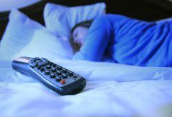 Bahaya Tidur dengan TV Menyala!