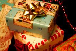 5 Hal yang Orangtua Perlu Ingat Saat Terlalu Sering Belikan Anak Hadiah