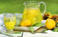 Kurangi Stres dengan Minum Air Lemon
