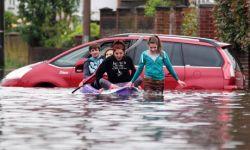 Tips Agar Anak Tidak Takut Saat Lihat Banjir