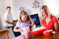 5 Cara Mengajarkan Anak untuk Banyak Tertawa dan Bersikap Sopan