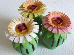 Membuat Bunga dari Gulungan Bekas Tisu