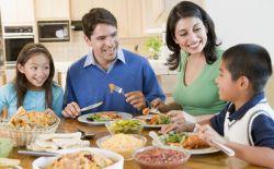 Dapatkan 3 Manfaat Makan Bersama Keluarga