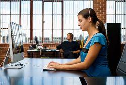 6 Tips Duduk yang Benar Saat Bekerja di Depan Komputer Seharian