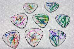 Membuat Pick Gitar dari Kemasan Plastik Bekas Kue