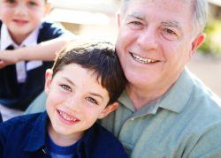 Yuk Ajarkan Si Kecil Rasa Hormat kepada Kakek dan Neneknya!