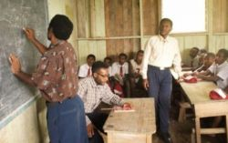 Seorang Guru di Papua Harus Lewati Buaya untuk Mengajar di Sekolah