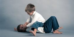 Anak Sering Bermasalah dengan Temannya? Ini Cara Mengatasinya