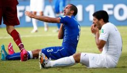 Luis Suarez Kembali Gigit Lawan