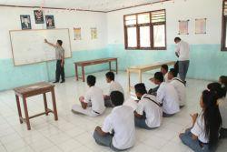 Ratusan Murid SMA Belajar di Lantai, Kok Bisa?
