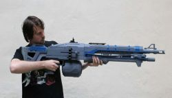 Orang Ini Ciptakan Replika Senjata Thunderlord Gun Milik Game Destiny