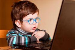 Waduh, Si Kecil Kecanduan Internet? Ini Cara Mengatasinya!