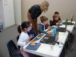 Perlunya Menyikapi Kemajuan Teknologi dalam Mendidik Anak