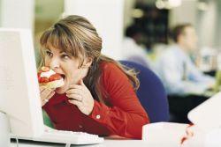 Sering Makan di Meja Kerja Bisa Berakibat Kegemukan?