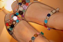 Sepatu Etnik dari Kancing Baju