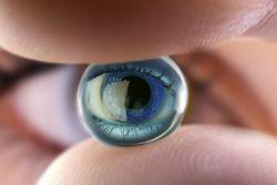 Tips Sehat Memakai Lensa Kontak Warna
