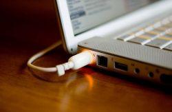 Benarkah Membiarkan Laptop dalam Keadaan Ter-Charge Akan Merusak Baterai?