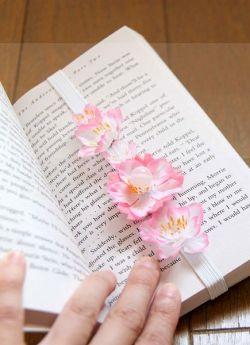 Pembatas Buku Cantik dari Bunga Plastik