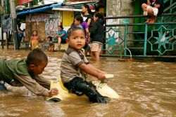 Jangan Biarkan Anak Bermain Genangan Banjir!