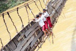 Jembatan Lebak Rubuh, 46 Siswa Jatuh ke Sungai