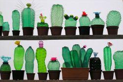 Wow, Seniman Ini Ubah Ribuan Botol Plastik Bekas Menjadi Karya Mengagumkan!
