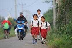 Si Kecil Tidak Mandiri Saat ke Sekolah? Berikut Tipsnya