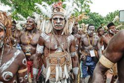 Mengenal Pakaian Unik Adat Suku Asmat