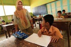 Apa Bedanya Guru Honor Sekolah dengan Guru Tidak Tetap?