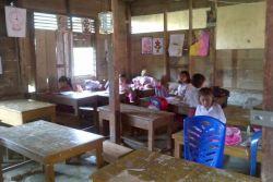 Di Jambi, Siswa SD Rela Belajar di Gudang