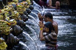 Melukat, Tradisi Membersihkan Jiwa di Bali!