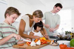 Manfaat Dibalik Mengajar Anak Memasak
