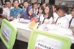 Pelajar di Surabaya Titip Ribuan Surat untuk Presiden Jokowi